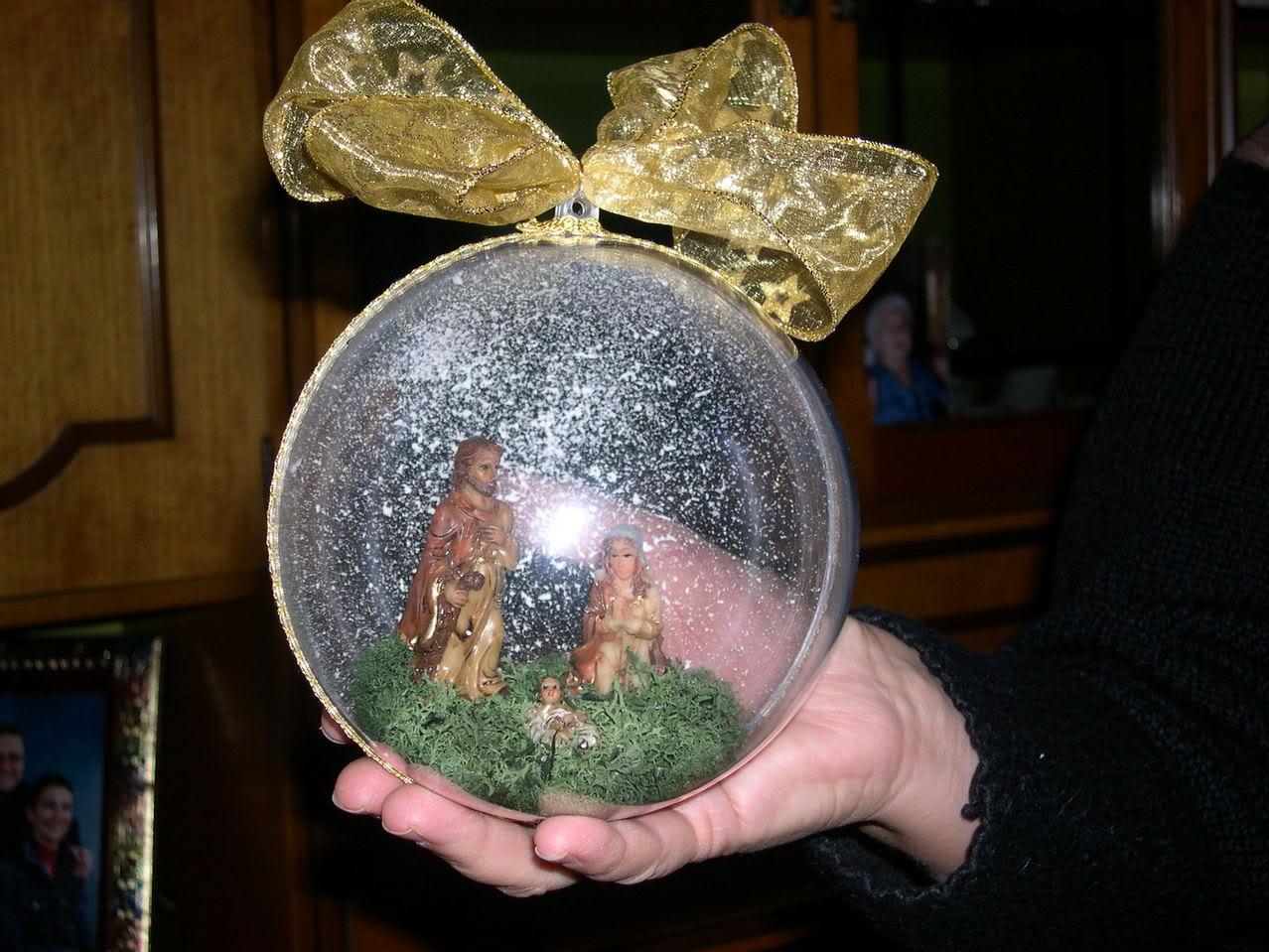 Natale le decorazioni il presepe nella sfera for Sfere con bicchieri di plastica
