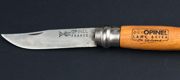 lame di acciaio al carbonio esempio con coltello opinel